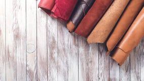 在卷的多色的皮革 平的位置 自然颜色皮革劳斯  皮革工艺的材料 复制空间 顶视图 Handm 库存照片