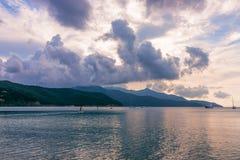 在厄尔巴岛的海滩日落、美丽的云彩和风平浪静的 意大利 免版税库存照片