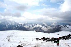 在厄尔布鲁士山倾斜的旅行 库存图片