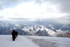 在厄尔布鲁士山倾斜的旅行 免版税库存照片