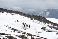 在厄尔布鲁士山倾斜的旅行 免版税库存图片