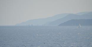 在厄尔巴岛的海岸蓝色树荫薄雾的帆船  免版税图库摄影