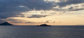 在厄尔巴岛附近的灯塔 免版税库存照片
