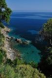 在厄尔巴岛,意大利的多岩石的海滩 图库摄影