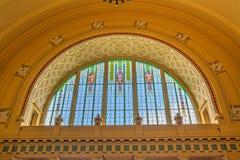 在历史中央火车站的污迹玻璃窗, 免版税库存照片