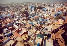 在历史印度城市街道上的鸟瞰图有蓝色和桃红色颜色大厦的 库存图片