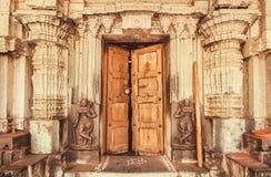 在历史印度寺庙入口的印地安传统风格设计有collumns和雕塑的,印度 免版税库存图片