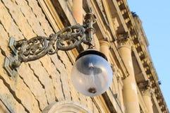 在历史大厦前面门面的灯  免版税库存图片