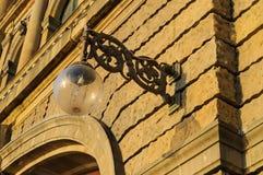 在历史大厦前面门面的灯  免版税库存照片