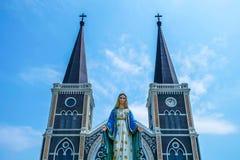 在历史天主教堂前面的圣玛丽雕象在Chantaburi,泰国 库存图片