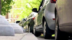 在历史市中心、运输和交通问题的停放的汽车 库存照片