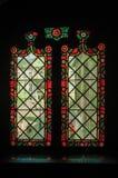 在历史建筑的五颜六色的污迹玻璃窗在布鲁日 库存图片