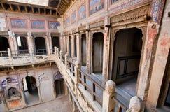 在历史房子里面的老壁画在拉贾斯坦 免版税库存照片