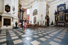 在历史教会里面的妇女 库存照片