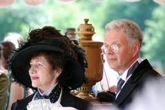 在历史服装的典雅的夫妇 免版税库存照片