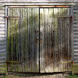在历史的农舍的古色古香的木毂仓大门 免版税库存图片