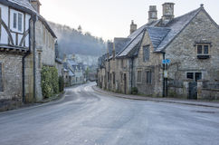 在历史的城堡Combe的街道视图 库存照片