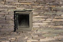 在历史的墙壁的方形的窗口 免版税库存图片