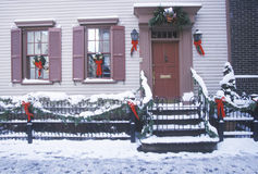 在历史的家的圣诞节装饰在冬天暴风雪以后在曼哈顿,纽约, NY 库存图片