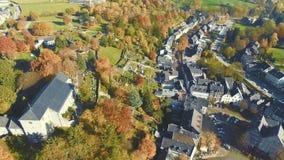 在历史的小村庄的空中寄生虫视图在一个明亮的晴天命名了Kornelimuenster 影视素材