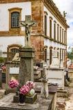 在历史的教会旁边的古老公墓 免版税库存图片