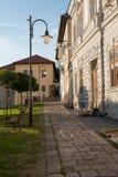 在历史的欧洲城市Kremnica正方形的日落  免版税库存照片