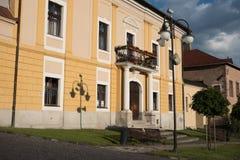 在历史的欧洲城市Kremnica正方形的日落  库存图片