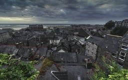 在历史的沿海城市的有利看法 库存照片