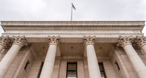 在历史的瓦肖县法院大楼的专栏 免版税库存图片