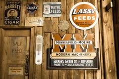 在历史的百年大农场谷仓张贴的老广告标志,里奇韦,科罗拉多-一个选定的古迹 免版税图库摄影