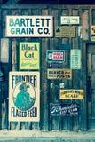 在历史的百年大农场谷仓张贴的老广告标志,里奇韦,科罗拉多-一个选定的古迹 库存图片