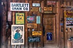 在历史的百年大农场谷仓张贴的老广告标志,里奇韦,科罗拉多-一个选定的古迹 库存照片