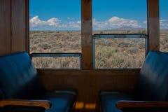 在历史的蒸汽引擎火车的乘客就座 图库摄影