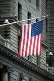 在历史的街市大厦的美利坚合众国旗子 免版税库存图片