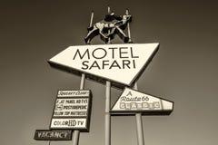在历史的路线66的汽车旅馆徒步旅行队霓虹灯广告在新墨西哥 库存照片
