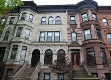 在历史的远景高度邻里的纽约褐砂石 免版税库存图片