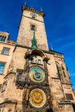 在历史的香港大会堂塔的天文学时钟在布拉格 免版税库存照片
