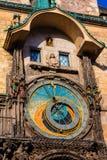 在历史的香港大会堂塔的天文学时钟在布拉格 库存照片