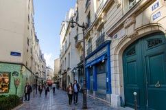 在历史的马瑞斯,巴黎的街道场面 库存照片