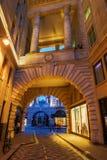 在历史的buildigs下的拱道对摄政的街道在伦敦,英国 库存图片