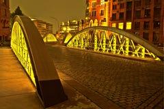 在历史的Speicherstadt (仓库区)的桥梁在汉堡 库存照片