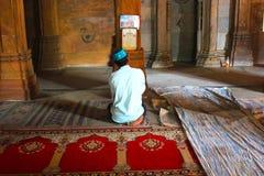 在历史纪念碑,艾哈迈达巴德,印度的Namaz 库存图片