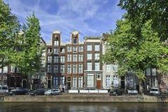在历史运河传送带,阿姆斯特丹,荷兰的古老有山墙的豪宅 免版税图库摄影