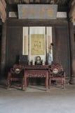 在历史建筑的古色古香的中国家具 库存照片