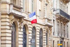 在历史建筑门面的法国旗子  库存照片