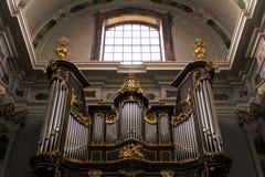 在历史Jesuitenkirche里面的金黄器官,德国 图库摄影