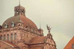 在历史Staatstheater歌剧剧院屋顶的天使在1905年建立的在巴伐利亚 免版税库存照片