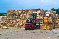 在压入水力打包的垃圾新闻机器以后回收产业纸板垃圾和纸废物对正方形密集为 免版税库存图片