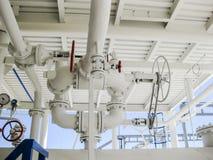 在压力容器的双重安全阀 精炼厂设备 免版税库存图片