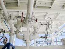 在压力容器的双重安全阀 精炼厂设备 库存照片